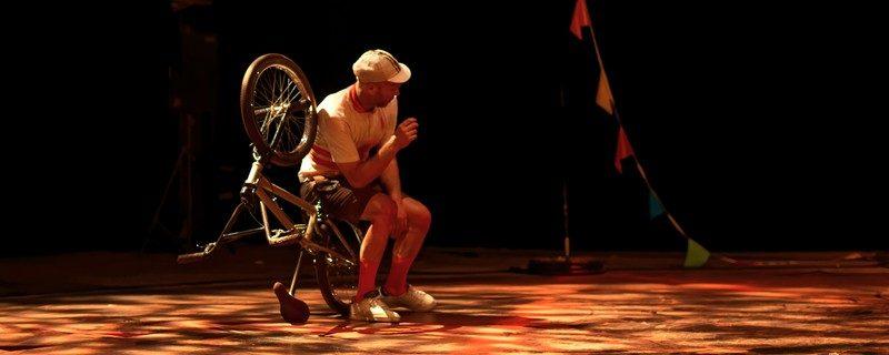 Les Ensorcelés : conte acrobatique pour poésies dansées en solo vélo BMX et violoncelle live