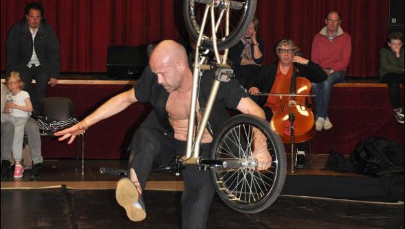 Article de la Voix du Nord sur la représentation de L'Homme V. à la Watt'Urban Fees du Pays des Moulins de Flandre