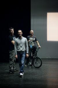 Equipe spectacle cyclisme acrobatique Trois-quatre petites pièces pour vélo