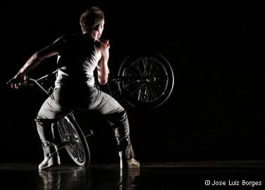 Vincent Warin, acrobate et danseur sur vélo BMX
